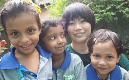 日本人チャイルドケアボランティアとスリランカの子供たち